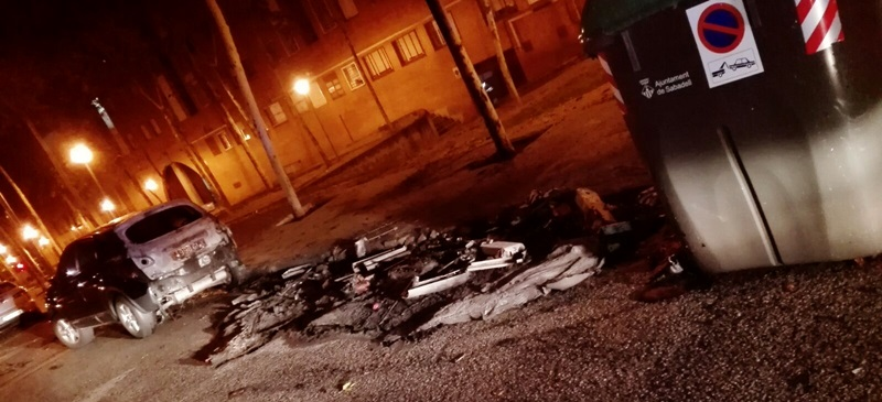 Foto portada: contenidors cremats a Antoni Forrellad. Autor: cedida.