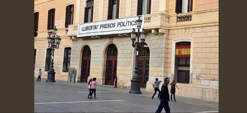 Foto portada: la bandera d'Espanya, dissabte a la tarda a l'Ajuntament. Autor: C's / cedida.
