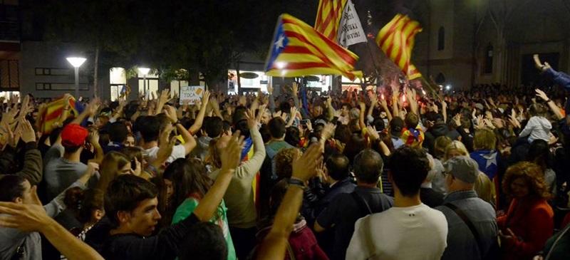 Foto portada: concentració per celebrar la declaració d'independència, aquest divendres. Autor: David B.