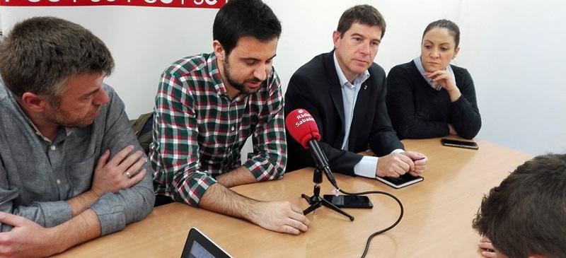 Foto portada: el regidor Cristian Sánchez, Pol Gibert, el portaveu Josep Ayuso i la regidora Anna Carrasco. Autor: PSC / cedida.