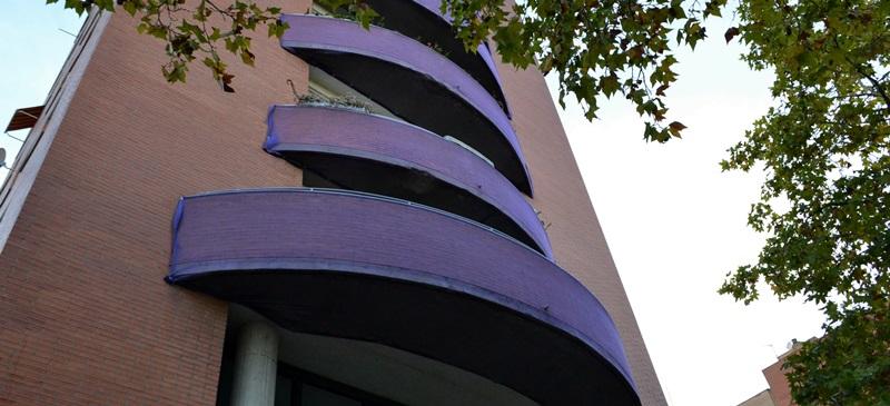 Foto portada: balcons protegits a l'avinguda de l'alcalde Moix. Ja han caigut diverses parts. Autor: J.d.A.