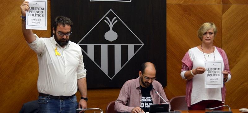 Foto portada: Fernàndez (ERC), l'alcalde llegint la declaració, i Martínez (Guanyem). Autor: David B