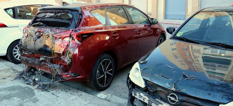 Primer pla de dos cotxes cremats al barri de la Creu Alta de Sabadell el 7 de novembre de 2017. (Horitzontal)