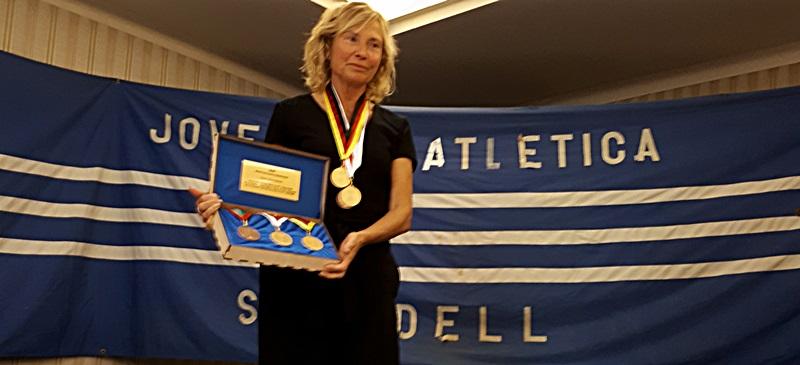 Foto portada: Valero, amb la rèplica de les medalles. Autor: R.Rof / cedida.