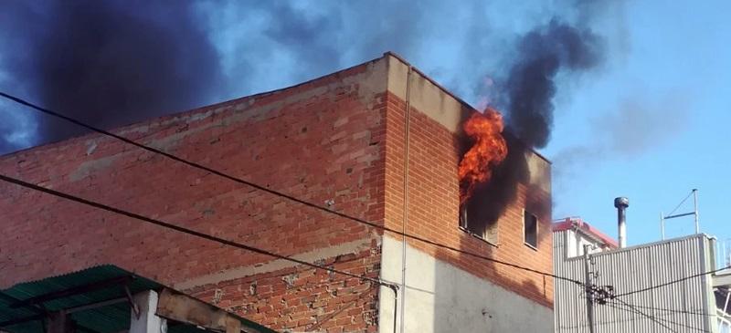 Foto portada: un moment de l'incendi. Foto: cedida.
