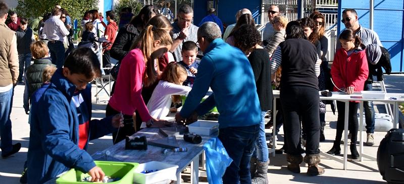 Foto portada: famílies a la Nova Creu Alta.
