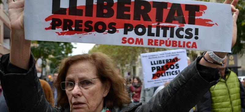 Foto portada: una manifestant, demanant la llibertat dels presos polítics. Autor: David B.