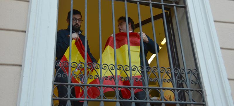 Ciutadans retiren bandera espanyola del balcó. Autor: David B.