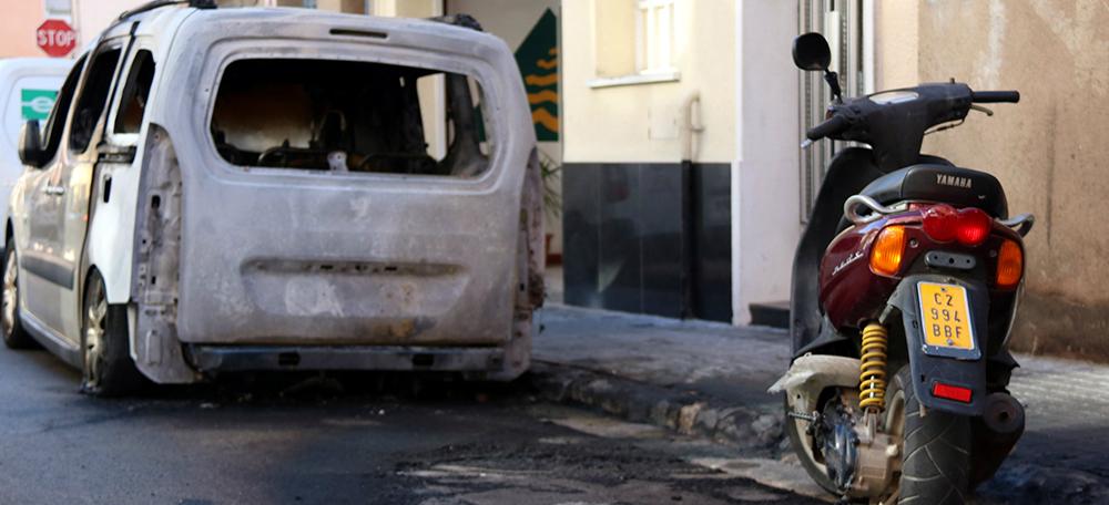 Una moto i una furgoneta cremades al barri de la Creu Alta de Sabadell el 16 de novembre de 2017. Autor: ACN.