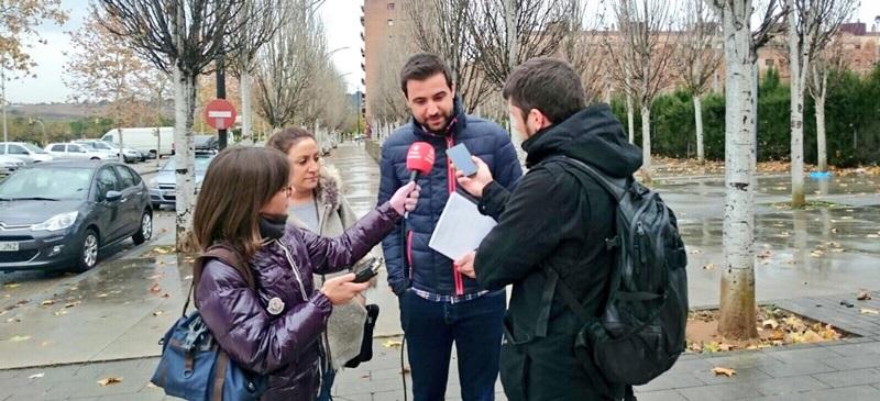 Foto portada: la regidora Anna Carrasco i Pol Gibert, atenent la premsa. Autor: PSC Sabadell.