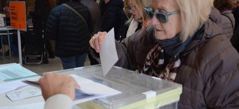 Una votant a l'Escola Industrial. Autor: David B.