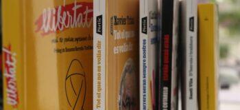 Llibres amb l'1-O al rerefeons. Autor: ACN.