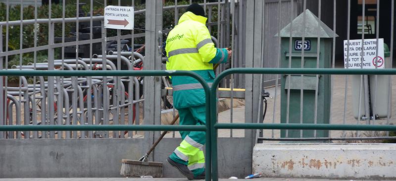 Un operari de neteja viària, fa un temps, a l'Escola Industrial. Autor: David B.