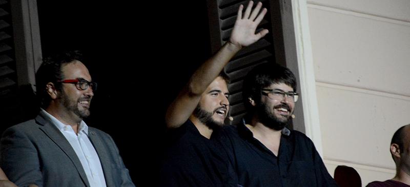 Foto portada: Juli Fernàndez, Ricard Ustrell i Xavi Bundó, en el pregó de la Festa Major de Sabadell 2016. Autor: J.d.A.
