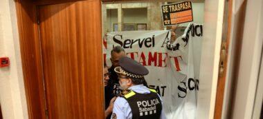 Foto portada: les portes de la sala de plens es van tancar per la protesta d'alguns policies. Autor: David B.