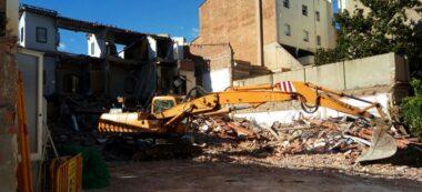 Foto portada: el que queda de l'edifici, des del carrer de Narcisa Freixas. Autor: J.d.A.