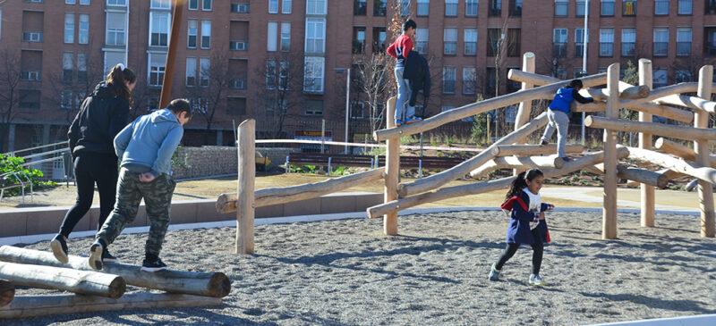 Nens jugant als jocs de fusta. Autor: David B.
