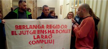 El tinent d'alcalde Joan Berlanga, parlant amb els sindicalistes. Autor: David B.