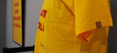 Detall de la samarreta 'Volem viure plenament en català' de la Plataforma per la Llengua a partir de l'obra gràfica de Joan Brossa el 1997. Autor: R. Cañadas