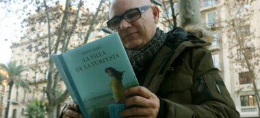 L'escriptor i autor de 'La filla de la tempesta' Santi Baró, amb el seu nou llibre entre les mans, el 14 de gener del 2019.