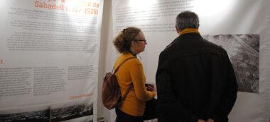Dos visitants observen l'utilització de nous materials en la construcció de la Torre de l'Aigua. Autor: R. Cañadas