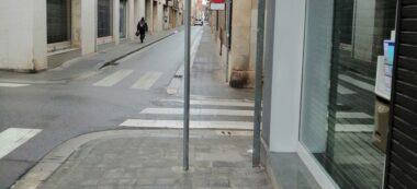 Foto portada: la nova senyal al carrer Lacy amb Narcís Giralt, al centre. Autor: Rafael Orfila / cedida.