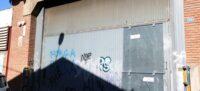 Foto portada: la porta principal de la nau on presumptament va tenir lloc l'agressió. Autor: ACN.