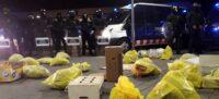 Foto portada: bosses davant dels Jutjats, amb Mossos al fons. Autor: CDR.