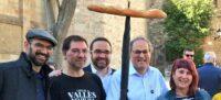 Serracant, Prat, el tinent d'alcalde Juli Fernàndez i Torra, amb el simbòlic pa enganxat per un paraigues.