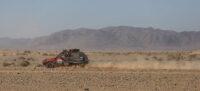 Portada: El Seat Marbella dels Sense límits travessa el cordó de sorra i dunes que envolta el desert d'Erg Chebi. Autor: cedida.