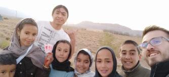 Foto: Perugachy (sobresurt) i Vidal (dreta), de Sense límits, amb un grup d'escolars marroquís. Autor: cedida.