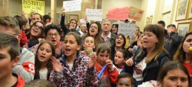Pares, mares i infants, al vestíbul de l'Ajuntament. Autor: J.d.A.
