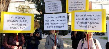 Diverses pancartes que mostren els manifestants del CDR de Sabadell en un acte d'ERC. Imatge del 13 d'abril de 2019. (Hortizontal)