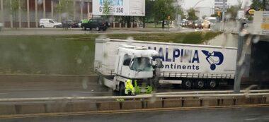 Foto portada: el camió accidentat, aquest divendres. Autor: cedida.