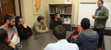 Foto portada: el director de iSabadell, Jordi de Arriba, explicant als representants dels partits la mecànica del sorteig. Autor: David B.