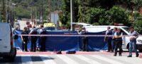 Agents dels Mossos d'Esquadra treballant al lloc de l'apunyalament mortal a Montcada i Reixac amb el vehicle dels serveis judicials al costat. Imatge de l'1 de juny del 2019. (Horitzontal)