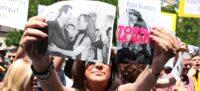 Una manifestant mostrant una imatge de Marta Farrés amb Manuel Bustos i un altra amb Marta Morell el dia 15 de juny de 2019 en una protesta a Sabadell. (Horitzontal)