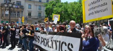 Foto portada: protesta a les portes del ple. Autor. David B.