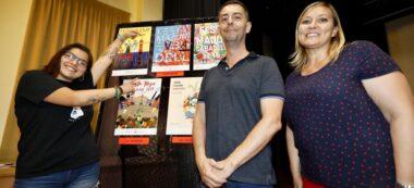 Foto portada: l'autora del cartell, el regidor de Cultura, Carles de la Rosa, i la regidora d'Esports, Laura Reyes. Autor: Ajuntament / cedida.