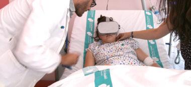 Pacient de Pediatria de l'hospital Parc Taulí utilitzant ulleres de realitat virtual