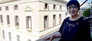 Mirna Lacambra amb la façana de l'Ajuntament de fons. Autor: David B.