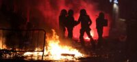 Policies nacionals entre flames als disturbis al centre de Barcelona per la vaga general (horitzontal)