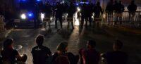 Foto portada: manifestant asseguts davant els Mossos d'Esquadra. Autor: J.d.A.