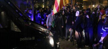 Desenes de manifestants a l'entorn d'una furgoneta policial al centre de Barcelona, el 26 d'octubre del 2019 (horitzontal).
