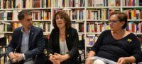 Foto portada: el regidor de Cultura i Les Dames del Crim Lidia Urrutia i Rosa M.Arner, aquest migdia. Autor: J.d.A.