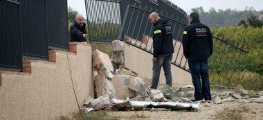 Pla obert dels agents de la brigada d'investigació dels Mossos d'Esquadra treballant al punt on s'ha estavellat l'avioneta, en una tanca del Mas Gatell de Bonastre (Baix Penedès). Imatge del divendres 11 d'octubre de 2019. (Horitzontal)