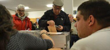 Foto portada: votant a l'escola Pau Casals, aquest matí. Autor: J.d.A.
