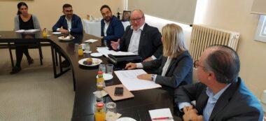 Foto portada: Capdevila, al centre, amb membres d'ERC a l'esquerra i del Consell de l'Economia Productiva a la dreta. Autor: cedida.