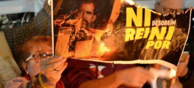 Foto portada: un cartell del rei Felip VI, cremant. Autor: J.d.A.