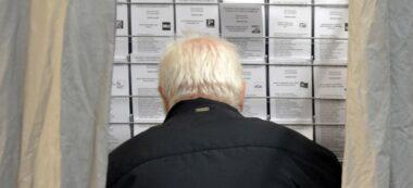 Foto portada: un votant a l'escola Pau Casals. Autor: J.d.A